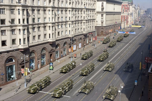 9may_victorydayparade_machinery_arrive01